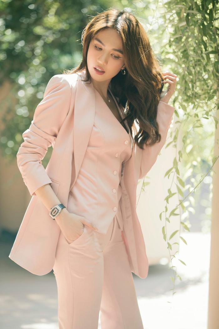Ngọc Trinh & Jennie Black Pink phải lòng vẻ đẹp thanh lịch khi cùng diện trang phục suit hồng ngọt ngào Ảnh 3