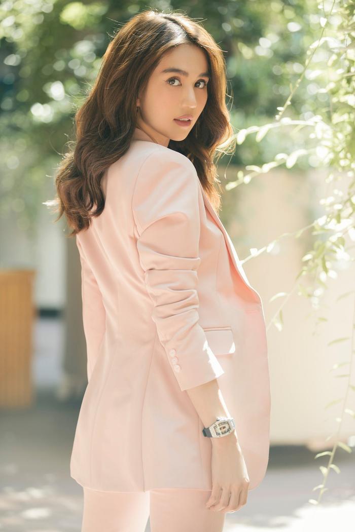 Ngọc Trinh & Jennie Black Pink phải lòng vẻ đẹp thanh lịch khi cùng diện trang phục suit hồng ngọt ngào Ảnh 5