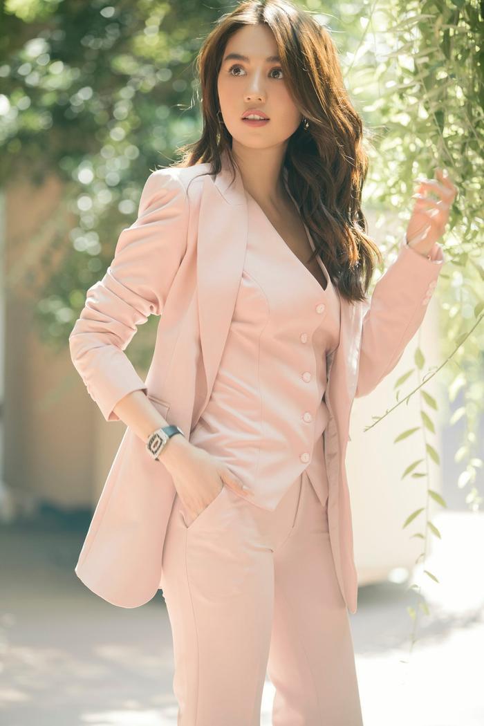 Ngọc Trinh & Jennie Black Pink phải lòng vẻ đẹp thanh lịch khi cùng diện trang phục suit hồng ngọt ngào Ảnh 6