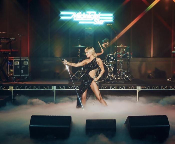 Hot: Miley Cyrus khoe dáng nuột nà, đẹp đến choáng ngợp khi mặc đầm Công Trí, Ảnh 1