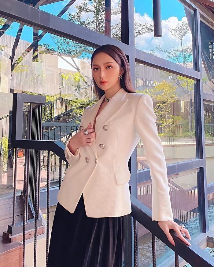 Hương Giang, Đỗ Mỹ Linh, Lương Thùy Linh ghi điểm mạnh nhờ set đồ thời trang kinh điển Ảnh 5