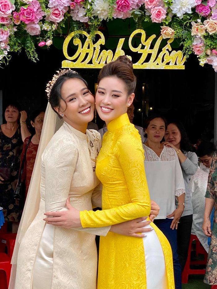 Khánh Vân làm dâu phụ trong đám cưới anh trai, chị dâu nhan sắc cũng chẳng phải dạng vừa Ảnh 1