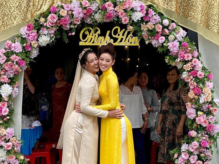 Khánh Vân làm dâu phụ trong đám cưới anh trai, chị dâu nhan sắc cũng chẳng phải dạng vừa Ảnh 2
