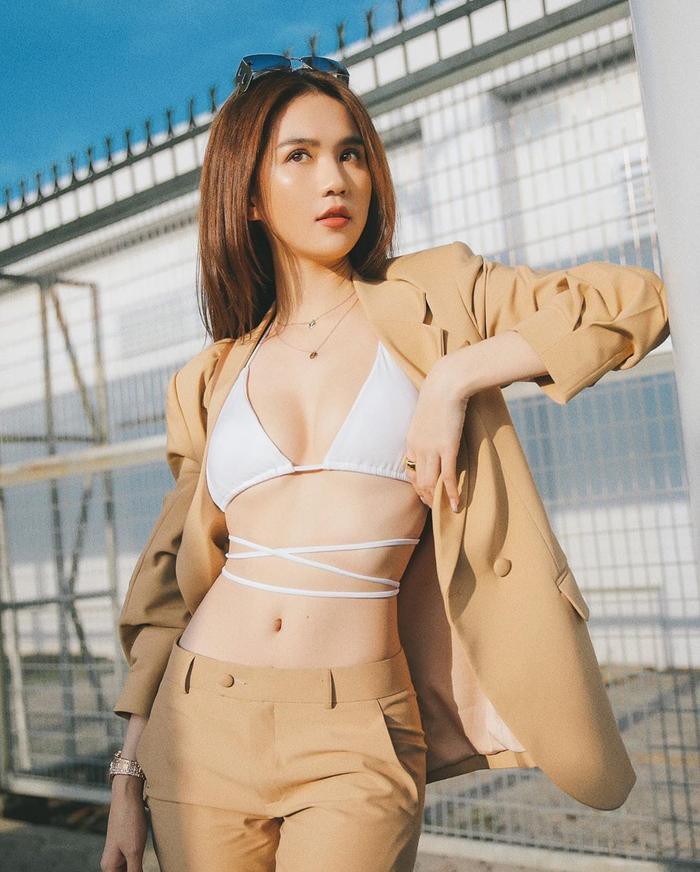 Ngọc Trinh diện mốt bikini ngay giữa sân bay: Nhan sắc xinh đẹp, body nóng hừng hực Ảnh 5