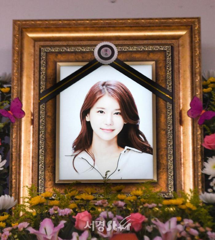 Lộ ảnh tại tang lễ diễn viên Oh In Hye, sao Hàn chia buồn: Cảnh sát xin lệnh xét nghiệm tử thi! Ảnh 5