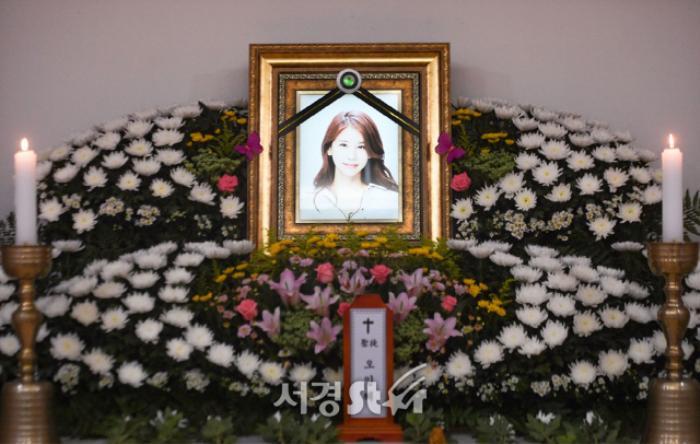 Lộ ảnh tại tang lễ diễn viên Oh In Hye, sao Hàn chia buồn: Cảnh sát xin lệnh xét nghiệm tử thi! Ảnh 3