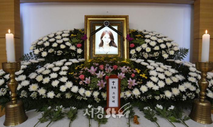 Lộ ảnh tại tang lễ diễn viên Oh In Hye, sao Hàn chia buồn: Cảnh sát xin lệnh xét nghiệm tử thi! Ảnh 2