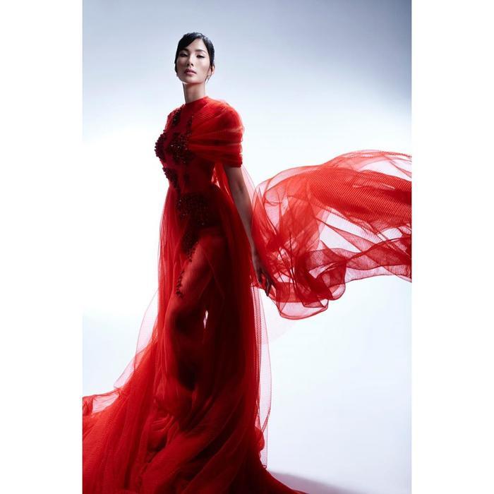 Hoàng Thùy đẹp kiều diễm chuẩn nét á hậu, lên đồ pose dáng siêu mẫu vẫn khó ai sánh bằng Ảnh 10