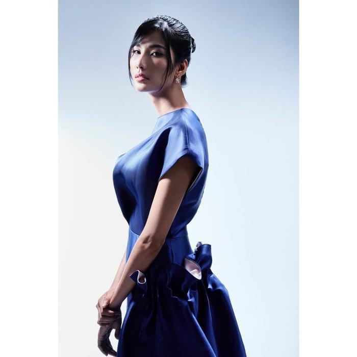 Hoàng Thùy đẹp kiều diễm chuẩn nét á hậu, lên đồ pose dáng siêu mẫu vẫn khó ai sánh bằng Ảnh 9