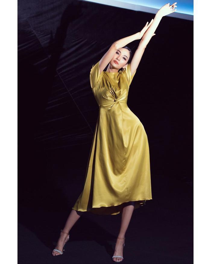 Hoàng Thùy đẹp kiều diễm chuẩn nét á hậu, lên đồ pose dáng siêu mẫu vẫn khó ai sánh bằng Ảnh 2