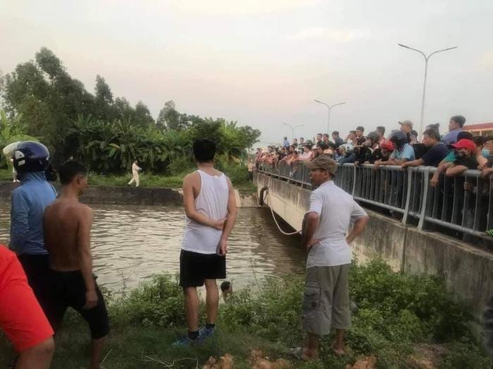 Đi xe máy qua cầu, ông cùng 2 cháu nhỏ rơi xuống sông tử vong thương tâm Ảnh 1