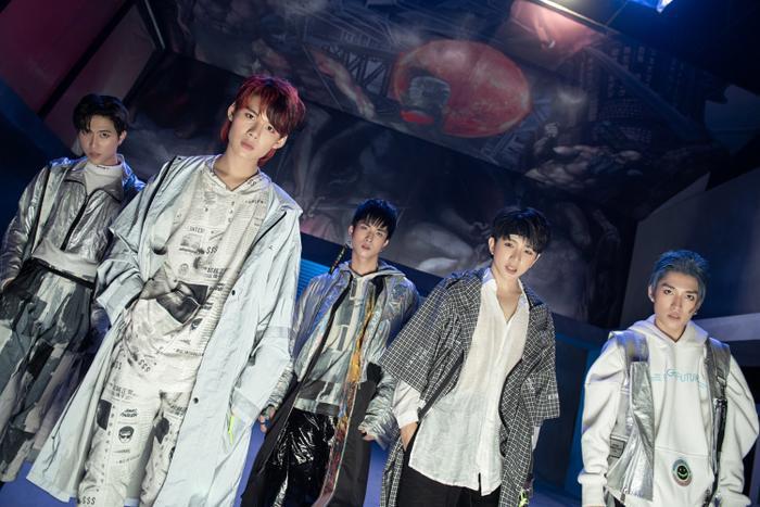 MV mới của Uni5 bất ngờ bị dân mạng 'mổ xẻ': Âm nhạc - hình ảnh 'sặc mùi' BTS và Wanna One? Ảnh 6