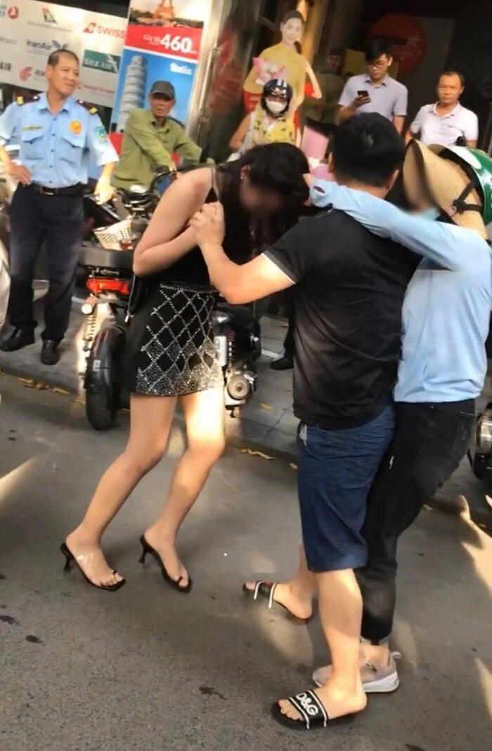 Nhân vật thân thiết với người vợ trong vụ đánh ghen trên xe Lexus: 'Cô mình là con gái nhà quyền thế, hiện cô đang rất hoảng loạn' Ảnh 2