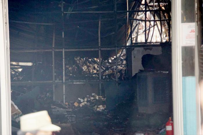 Sau tiếng nổ lớn, hơn 10 căn nhà trọ ở TP.HCM bốc cháy ngùn ngụt Ảnh 1