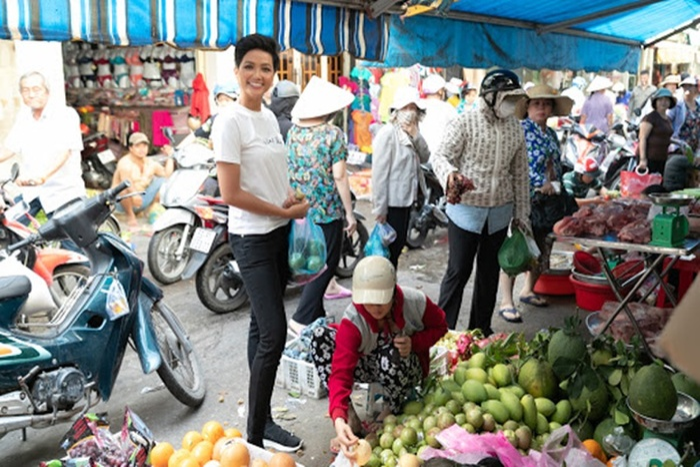 Đi chợ thôi cũng gây chú ý, Ngọc Trinh như lên sàn diễn, Nhã Phương nổi nhất chợ Ảnh 14