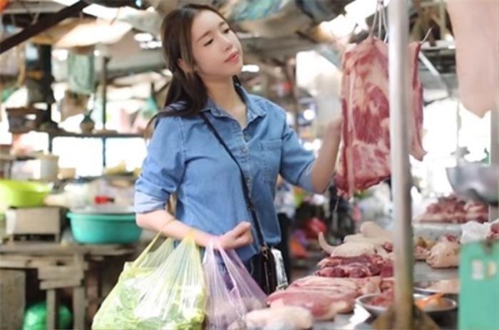 Đi chợ thôi cũng gây chú ý, Ngọc Trinh như lên sàn diễn, Nhã Phương nổi nhất chợ Ảnh 16