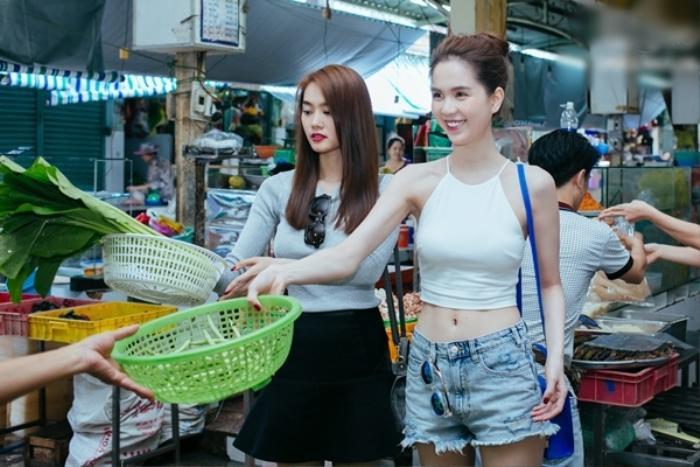Đi chợ thôi cũng gây chú ý, Ngọc Trinh như lên sàn diễn, Nhã Phương nổi nhất chợ Ảnh 3