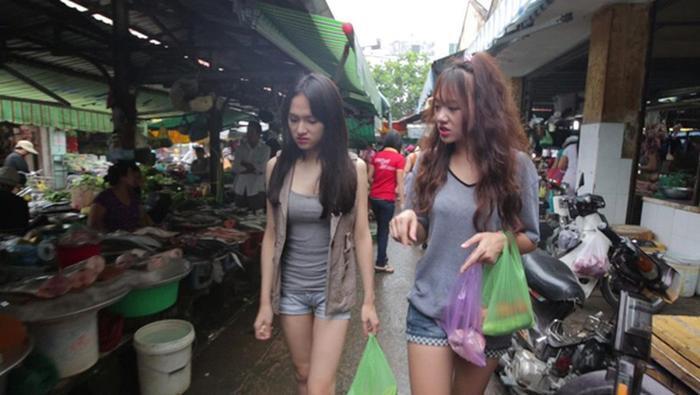 Đi chợ thôi cũng gây chú ý, Ngọc Trinh như lên sàn diễn, Nhã Phương nổi nhất chợ Ảnh 6