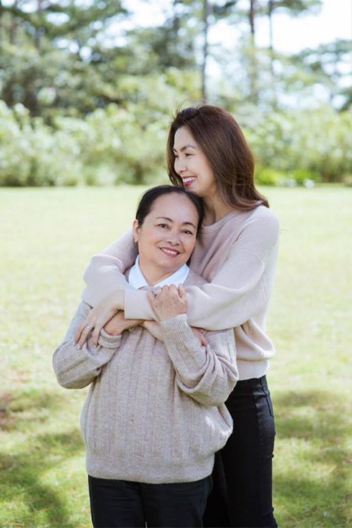 Hà Tăng khoe khoảnh khắc ấm áp bên mẹ ruột và chị gái đầy yêu thương: Tình cảm đúng chuẩn con gái rượu! Ảnh 1