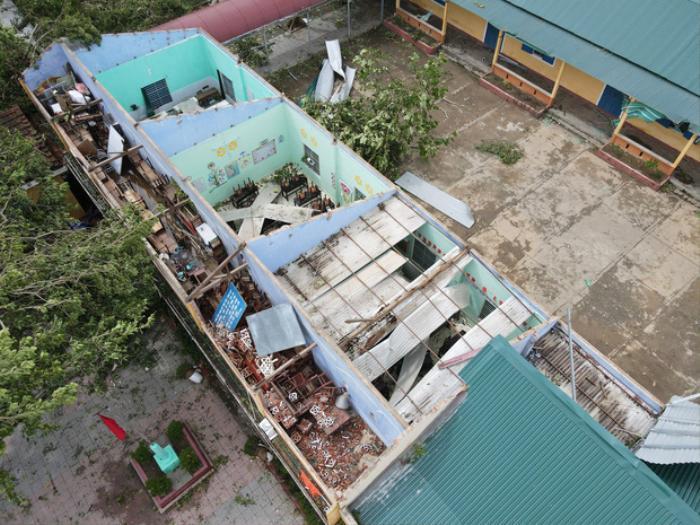 Bão số 5 làm tốc mái trường Tiểu học ở Huế, nhiều thiết bị thiệt hại nặng nề Ảnh 2