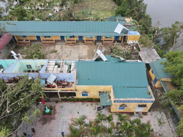 Bão số 5 làm tốc mái trường Tiểu học ở Huế, nhiều thiết bị thiệt hại nặng nề Ảnh 1