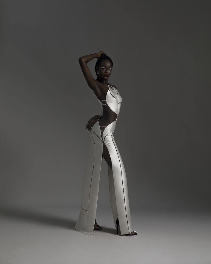 Rác thải 'hồi sinh' trong BST của NTK Trần Hùng tại London Fashion Week 2021 Ảnh 1