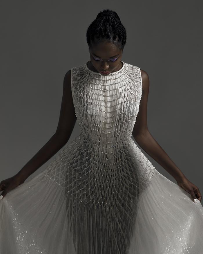 Rác thải 'hồi sinh' trong BST của NTK Trần Hùng tại London Fashion Week 2021 Ảnh 6