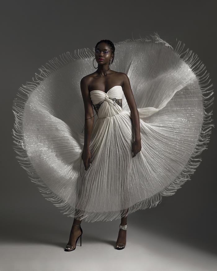 Rác thải 'hồi sinh' trong BST của NTK Trần Hùng tại London Fashion Week 2021 Ảnh 11