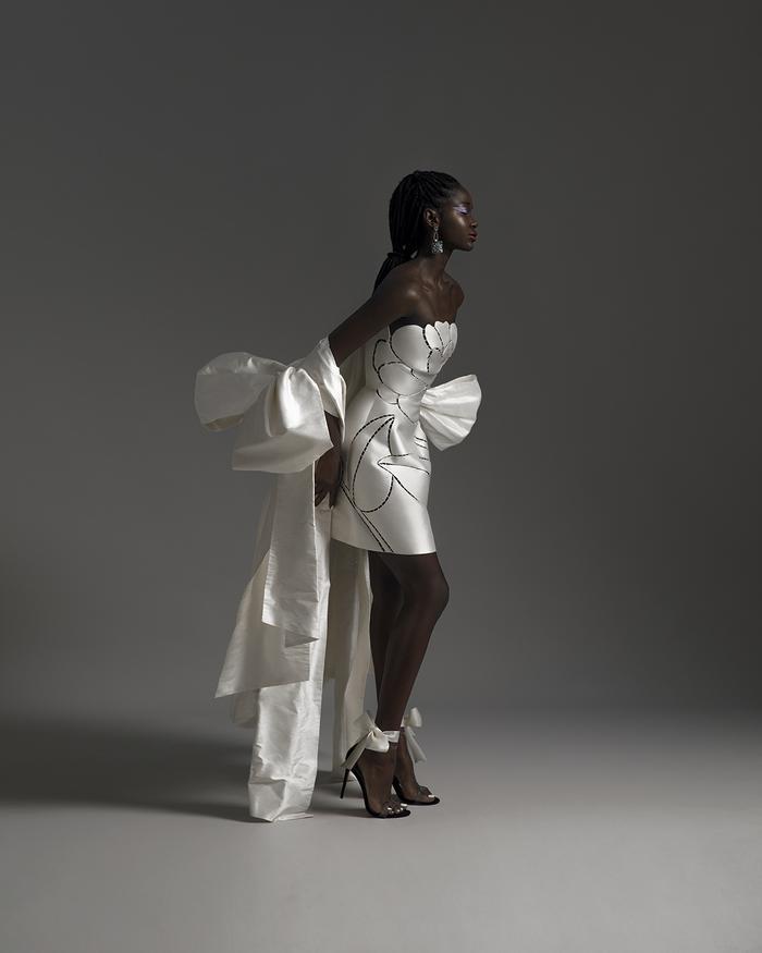Rác thải 'hồi sinh' trong BST của NTK Trần Hùng tại London Fashion Week 2021 Ảnh 13