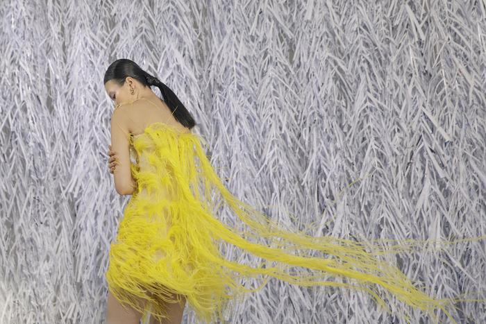 Rác thải 'hồi sinh' trong BST của NTK Trần Hùng tại London Fashion Week 2021 Ảnh 15