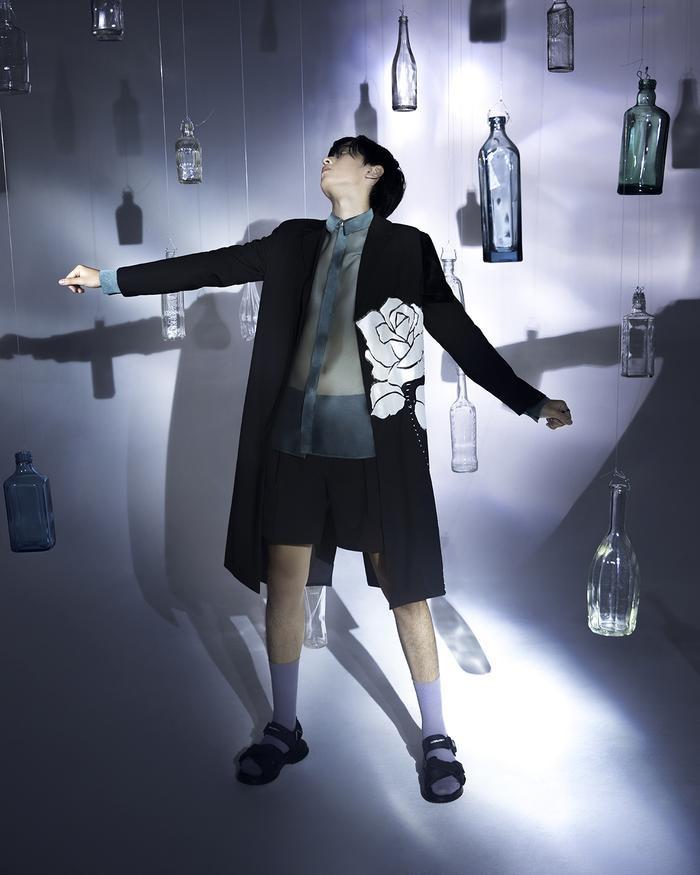 Rác thải 'hồi sinh' trong BST của NTK Trần Hùng tại London Fashion Week 2021 Ảnh 28