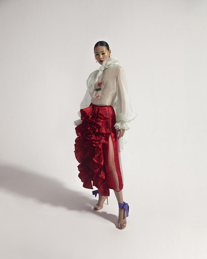 Rác thải 'hồi sinh' trong BST của NTK Trần Hùng tại London Fashion Week 2021 Ảnh 36