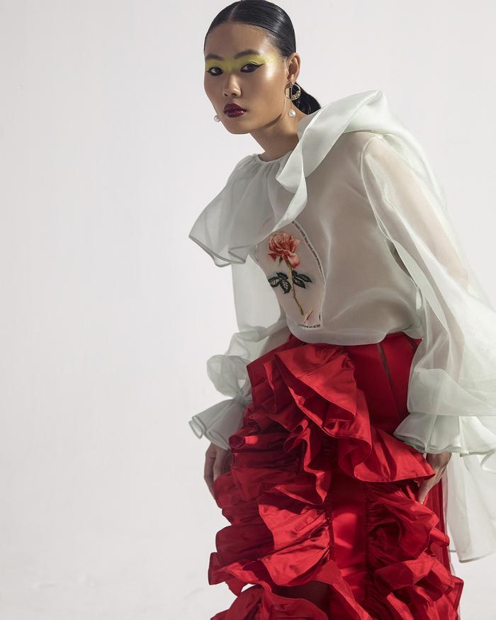 Rác thải 'hồi sinh' trong BST của NTK Trần Hùng tại London Fashion Week 2021 Ảnh 37