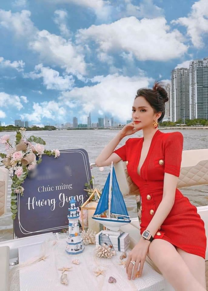Hương Giang quả là 'thánh sold out', chiếc váy cô mặc khi tình tứ bên Matt Liu bán hết chỉ trong một nốt nhạc Ảnh 1