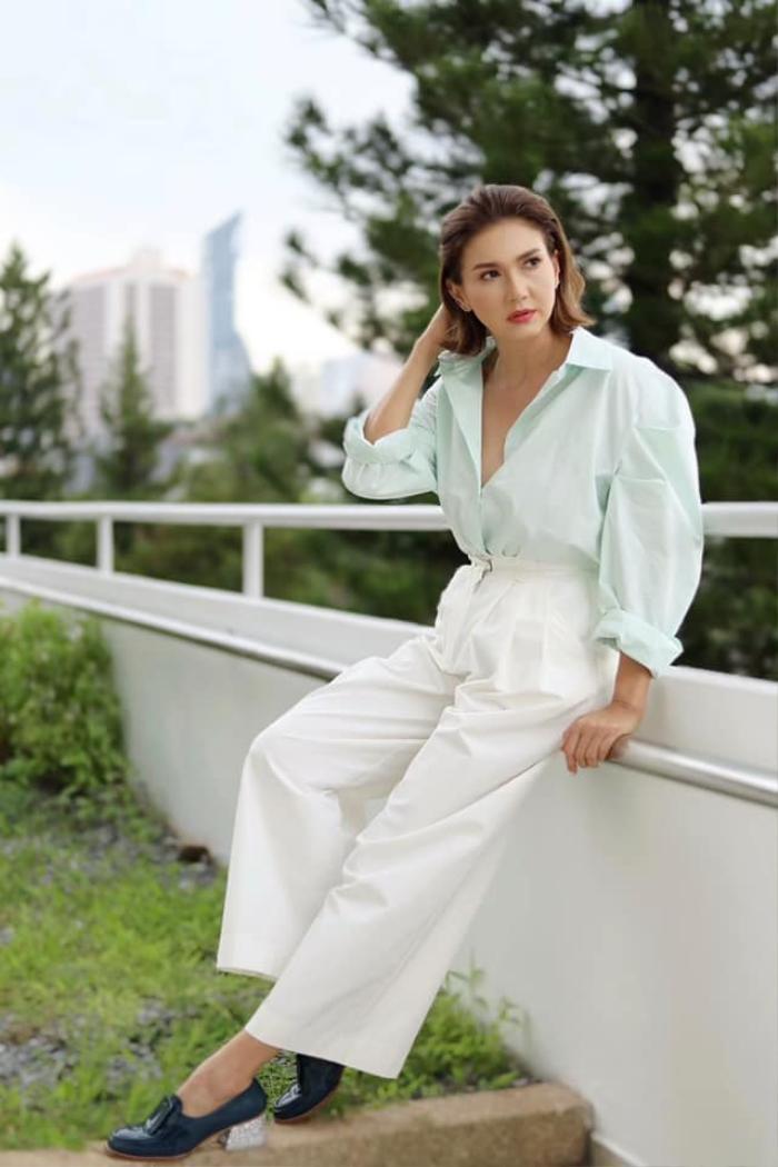 'Ley Luang' 2021: Cặp bách hợp 'mẹ chồng - nàng dâu' tái ngộ, Jes Jespipat lần đầu hợp tác cùng Hoa hậu hoàn vũ Thái Lan Pooklook Fonthip Ảnh 15