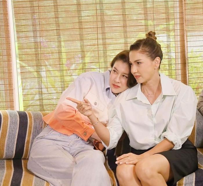 'Ley Luang' 2021: Cặp bách hợp 'mẹ chồng - nàng dâu' tái ngộ, Jes Jespipat lần đầu hợp tác cùng Hoa hậu hoàn vũ Thái Lan Pooklook Fonthip Ảnh 13