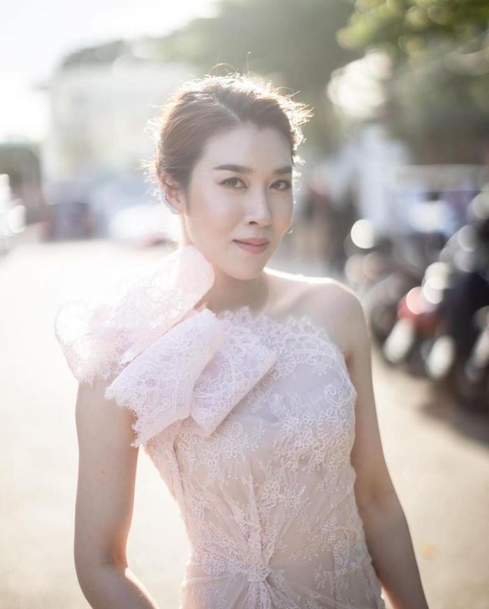 'Ley Luang' 2021: Cặp bách hợp 'mẹ chồng - nàng dâu' tái ngộ, Jes Jespipat lần đầu hợp tác cùng Hoa hậu hoàn vũ Thái Lan Pooklook Fonthip Ảnh 14