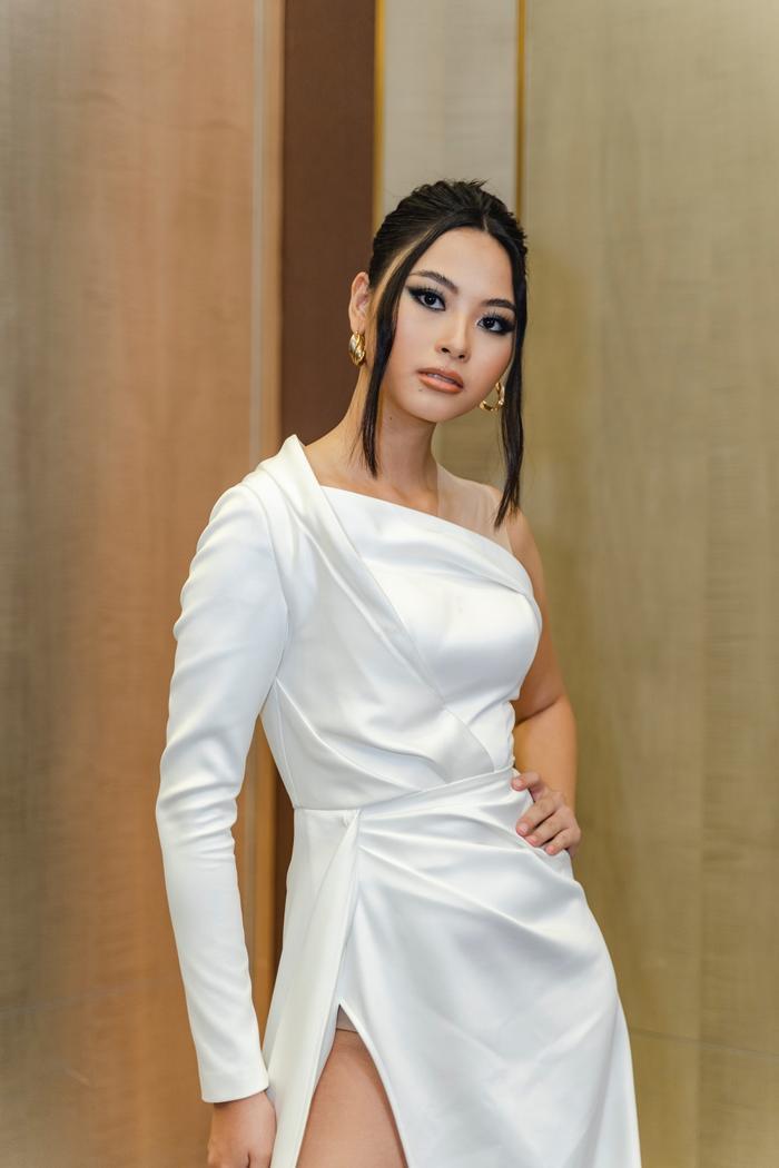 Mặc mưa như trút, Nam Anh, Nam Em vẫn diện đầm xẻ, khoe trọn chân dài đi xem show thời trang Ảnh 5