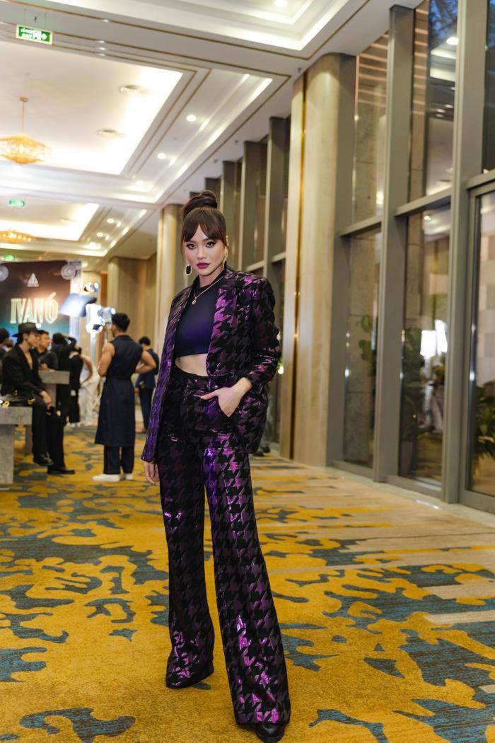 Mặc mưa như trút, Nam Anh, Nam Em vẫn diện đầm xẻ, khoe trọn chân dài đi xem show thời trang Ảnh 3