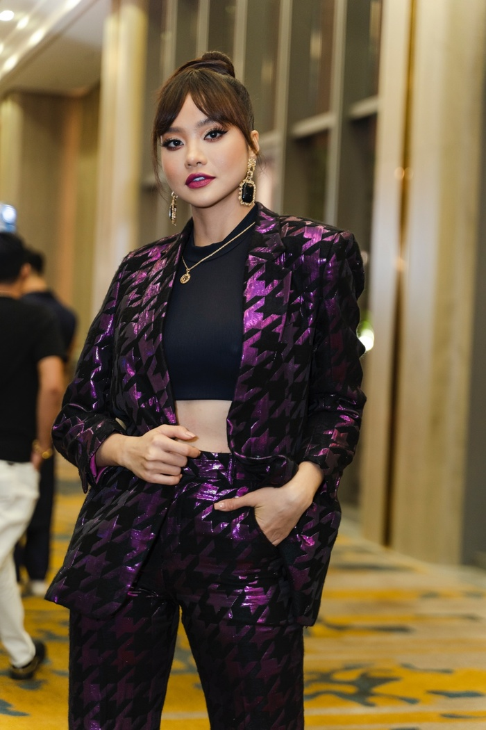 Mặc mưa như trút, Nam Anh, Nam Em vẫn diện đầm xẻ, khoe trọn chân dài đi xem show thời trang Ảnh 4