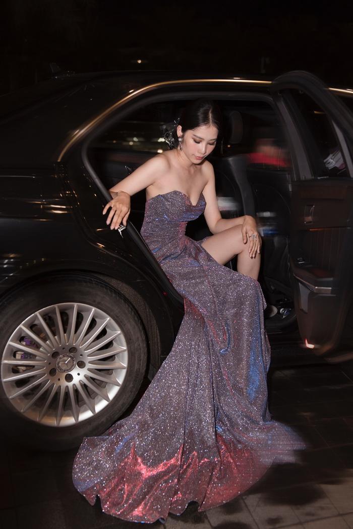 Mặc mưa như trút, Nam Anh, Nam Em vẫn diện đầm xẻ, khoe trọn chân dài đi xem show thời trang Ảnh 8