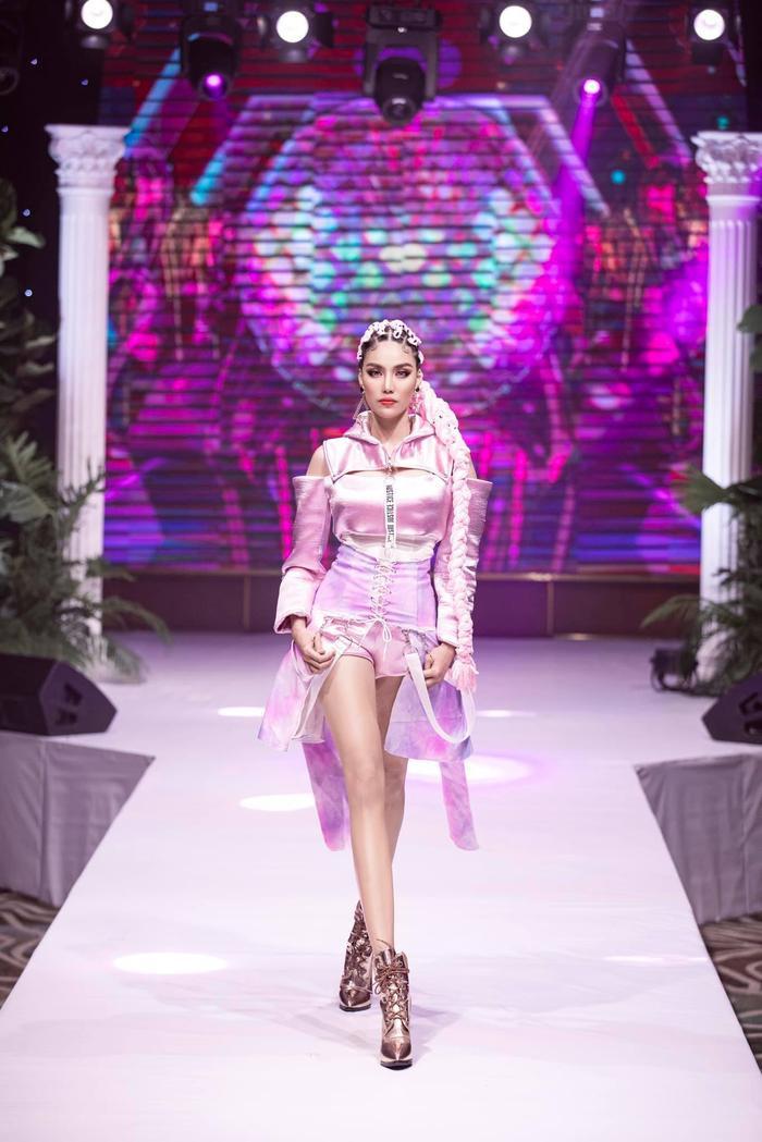 Khánh Vân biến hóa linh hoạt từ nàng công chúa nhẹ nhàng, tinh khôi trở thành nữ hoàng quyền lực Ảnh 11