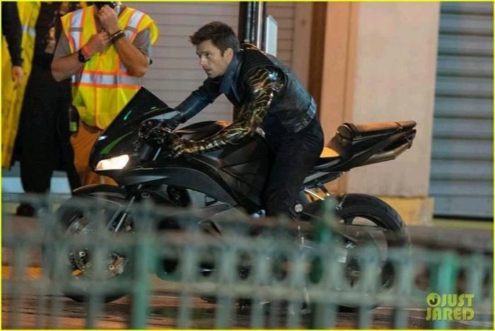 'The Falcon and the Winter Soldier': Rò rỉ loạt ảnh trên xe moto cực ngầu của Sebastian Stan Ảnh 7
