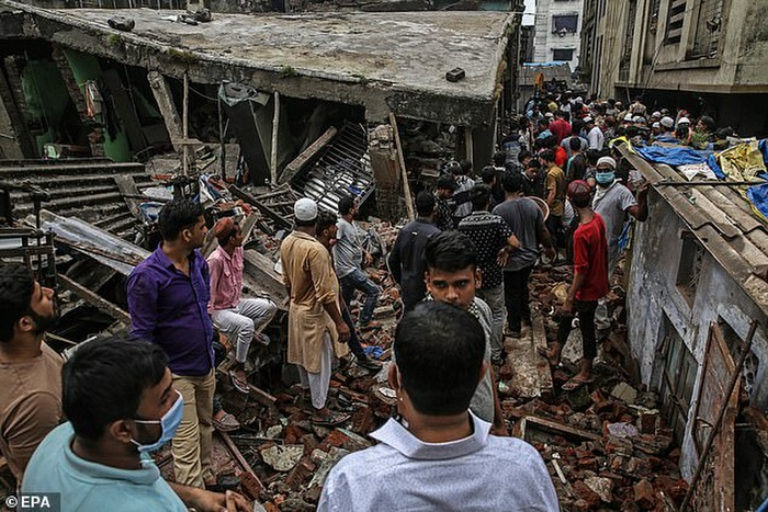 Tan hoang hiện trường sập chung cư 3 tầng ở Ấn Độ khiến ít nhất 10 người chết Ảnh 3