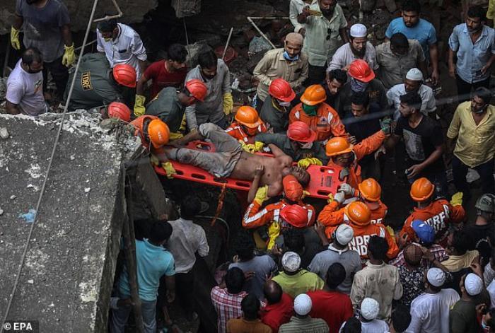 Tan hoang hiện trường sập chung cư 3 tầng ở Ấn Độ khiến ít nhất 10 người chết Ảnh 5