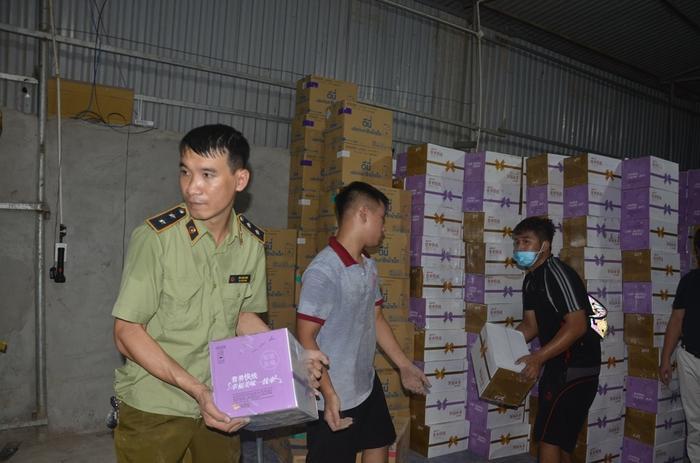 Thu giữ 10 nghìn chai sữa chua lậu từ Trung Quốc chờ tiêu thụ tại Hà Nội Ảnh 2
