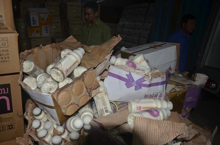 Thu giữ 10 nghìn chai sữa chua lậu từ Trung Quốc chờ tiêu thụ tại Hà Nội Ảnh 6
