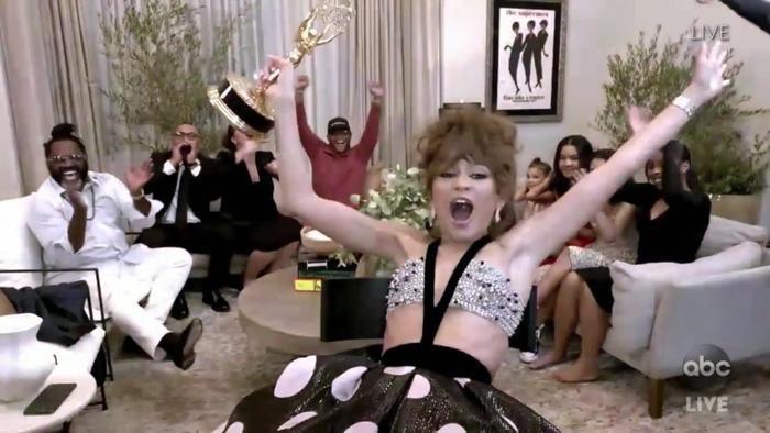 Những khoảnh khắc của Zendaya khi giành giải Emmy lịch sử và tiết lộ về phần mới của bộ phim 'Euphoria' Ảnh 2