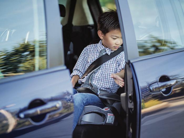 Bộ Công an đề xuất cấm trẻ dưới 12 tuổi ngồi ghế trước ô tô Ảnh 1