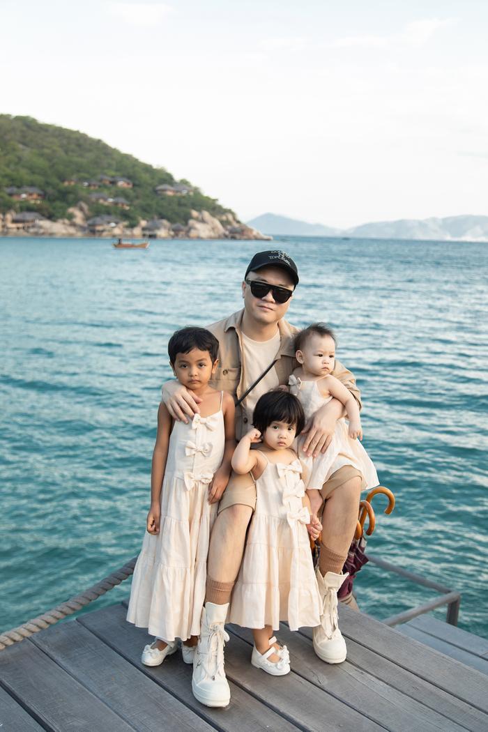 Gia đình NTK Đỗ Mạnh Cường ăn diện đồng điệu, tổ chức sinh nhật cho con gái trên bãi biển Ảnh 1